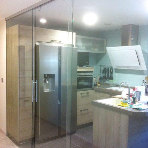 cocina-con-pared-cristal-puerta-corredera-01